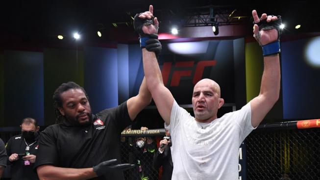 Veterán UFC Glover Teixeira přežil dvojnásobnou klinickou smrt a nakonec zvládl Santose uškrtit