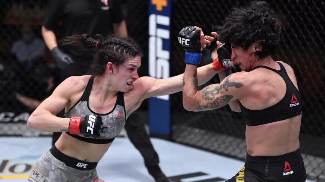 Mackenzie Dern zvítězila v divokém souboji nad brazilskou bojovnicí Virnou Jandirobou