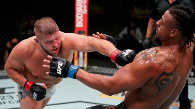 Tybura nebyl daleko od prohry KO, pak ale ukázal, že bývalý americký fotbalista Hardy neumí bojovat na zemi