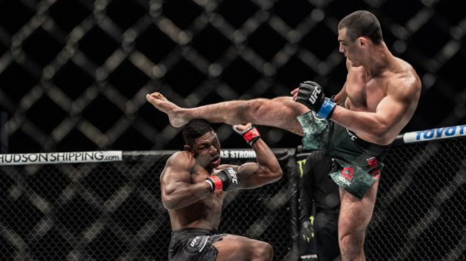 Alessio Di Chirico vypnul favorizovaného Buckleyho skvělým kopem a zachránil si kariéru v UFC