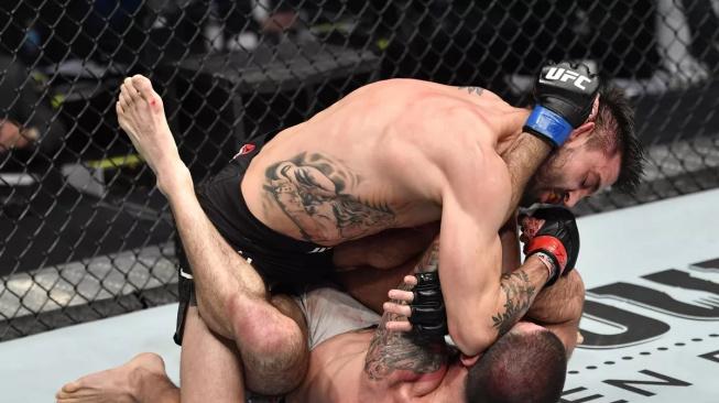 Ve skvělém souboji tvrdých veteránů porazil Carlos Condit nesmrtelného Matta Browna
