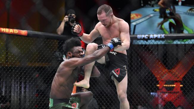 Zápas o titul bantamové váhy měl nečekaný konec, jaký v UFC nikdo nepamatuje