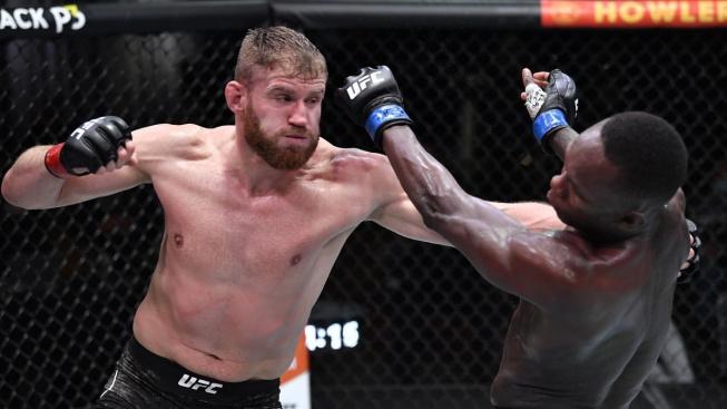 Blachowicz ubránil titul a ustědřil první porážku zázračnému Adesanyovi