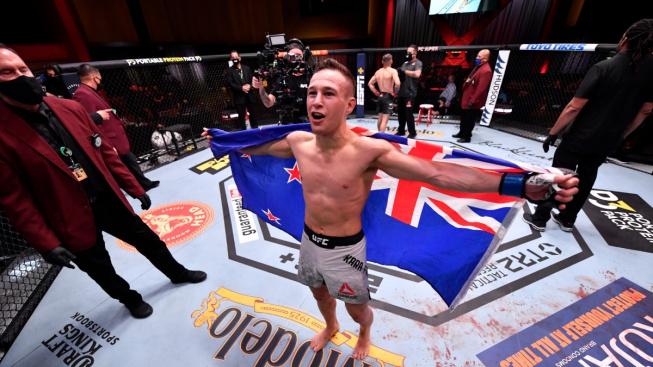 Novozélanďan byl krůček od prohry škrcením, pak se ale vysmýkl a soupeře v posledních vteřinách knockoutoval