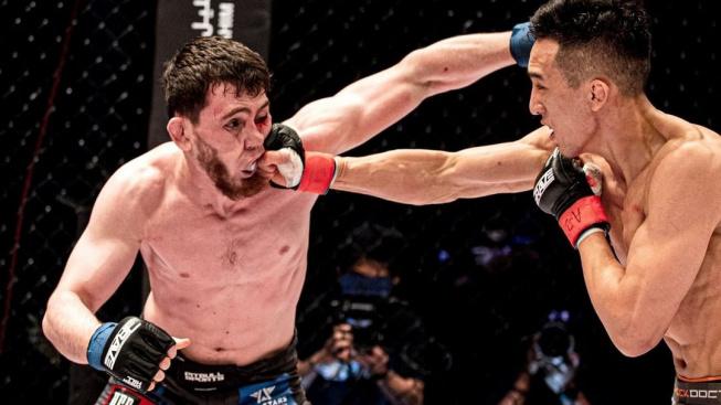 MMA bojovník knockoutoval svého soupeře tvrdým hodem na hlavu. Toto i další KO přinesl turnaj BCF