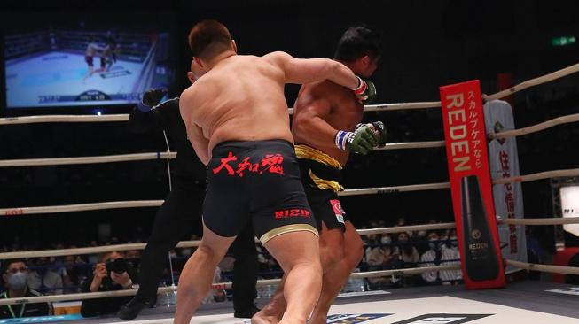 Zápasník sumo zhubl 50 kg a šel zápasit do MMA. Bylo z toho KO v rekordním čase