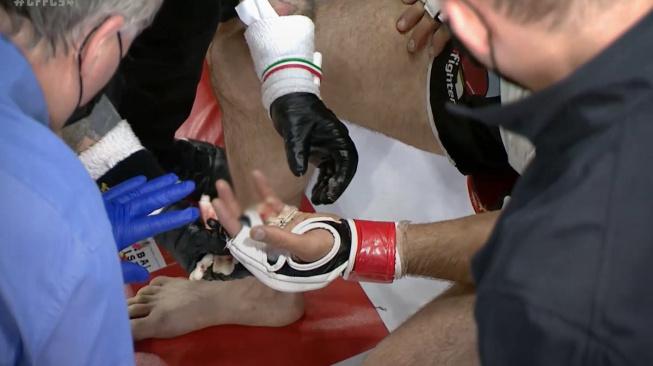 Bývalý olympionik si v MMA zápase amputoval prst na ruce! I přesto chtěl pokračovat v boji