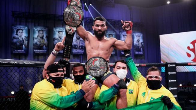 """Brazilský """"Pitbull"""" znovu obhájil šampionský pás Bellatoru, soupeře škrcením uspal do bezvědomí"""