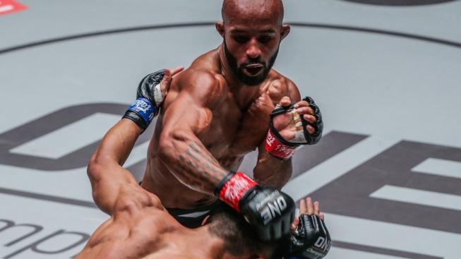 Špatná noc pro bývalé šampiony UFC. Johnson dostal KO kolenem a Alvarez si vysloužil diskvalifikaci