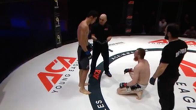 Bojovníci MMA začali zápasit bez rozhodčího. Vítěz se ale z tvrdého KO neradoval moc dlouho