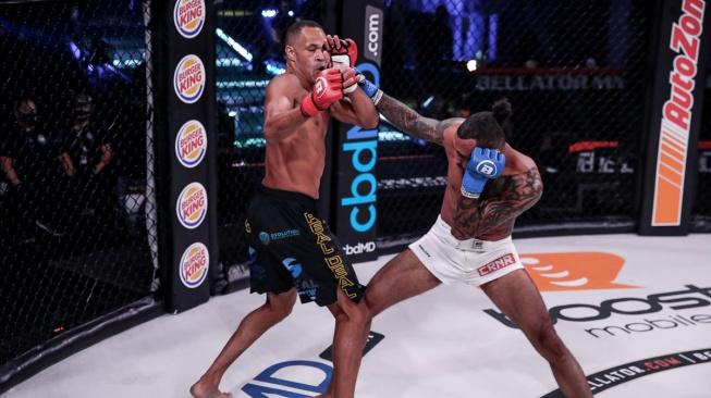 Kickboxer Raymond Daniels ukázal, že to s MMA myslí vážně, svého soupeře zničil ve velkém stylu