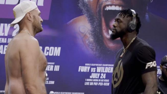 """Bizarní tiskovou konferenci boxerů Furyho s Wilderem podtrhl """"nekonečný"""" staredown"""