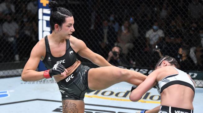 60 sekund a TKO. Američanka Buys své vítězství a prémii za nejlepší výkon večera oplakala