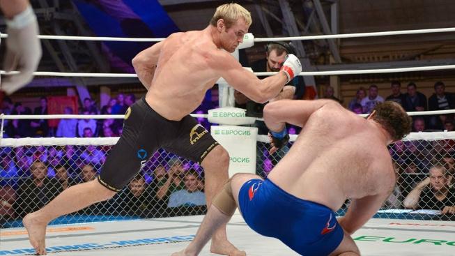 Šílenost! Ruský bojovník se nechal knockoutovat, aby vyhrál zápas. Soupeře jsem přechytračil, radoval se po zápase