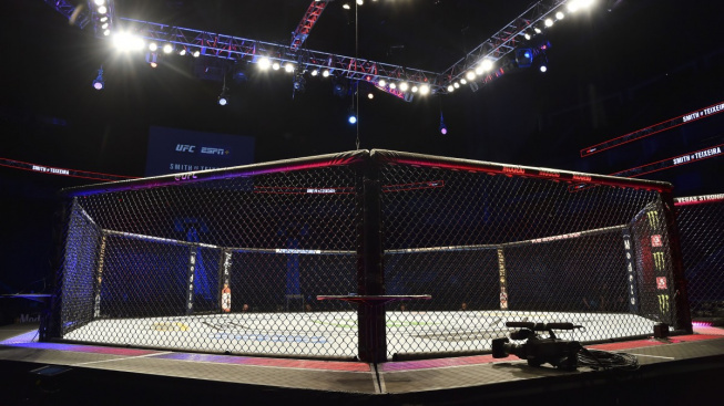 Pod MMA bojovníky se rozpadla klec, zápas ale nakonec dobojovali