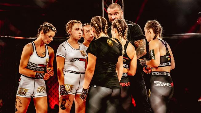 MMA experimenty v Polsku pokračují. Šílená hromadná bitka žen tři na tři trvala déle, než se čekalo