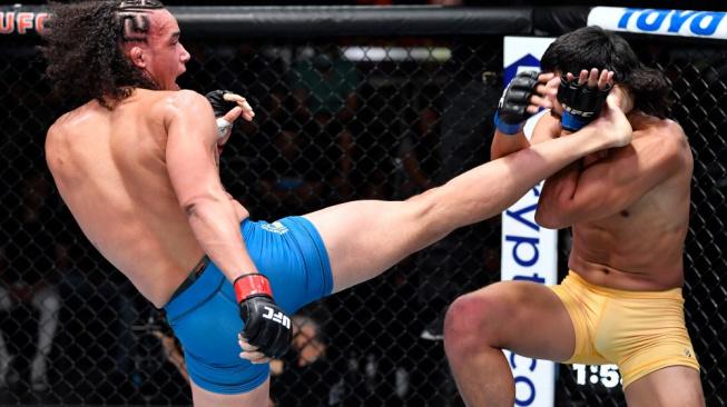 """Ve finále reality show válčil dvě minuty bez """"zubů,"""" nakonec si díky skvělému obratu vybojoval smlouvu v UFC"""