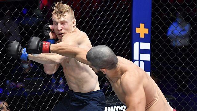 Americký biolog knockoutoval soupeře naskočeným kolenem a vybojoval si tím angažmá v UFC