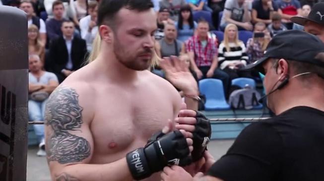 Běloruský voják speciálních jednotek dostal tvrdé KO od mladého MMA bojovníka