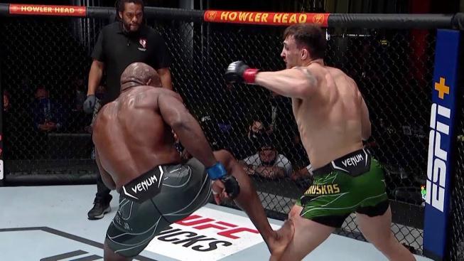 Nejdřív mu zlomil nos a pak prokopnul koleno. MMA bojovníci teď volají po zákazu likvidačního kopu