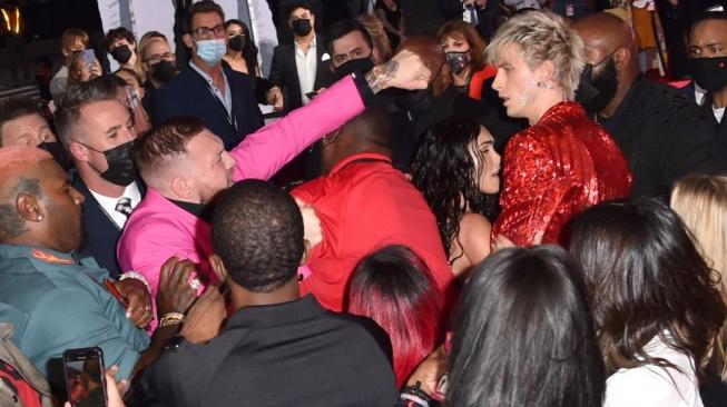 McGregor zase běsnil. Na červeném koberci se málem porval s přítelem herečky Megan Fox