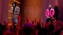 Conor McGregor předal na akci MTV cenu za Umělce roku Justinu Bieberovi.