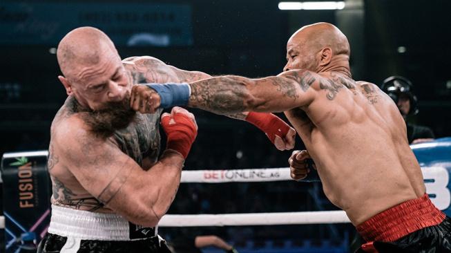 Bývalý UFC bojovník zvítězil v boxu bez rukavic tvrdým KO za 34 vteřin, pak zapomněl, že není v MMA