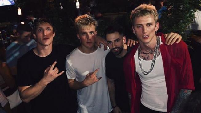 Youtuber Jake Paul (druhý zleva) a zpěvák Machine Gun Kelly (vpravo). Určitá podoba tam je.