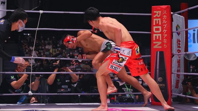 Japonský bojovník před údery soupeře raději utekl z ringu, rozhodčí ho okamžitě odmával