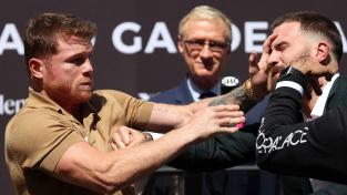 """Bitka mezi boxery na tiskové konferenci! """"Canelo"""" Alvarez ukázal nevídaný postřeh a jeho soupeř odcházel s krvavou tváří"""