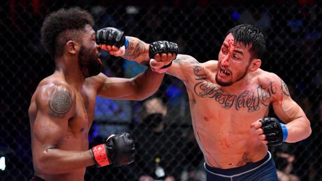 Šílená bitka, vítěz si za nečekaný obrat vysloužil potlesk ve stoje od šéfa UFC a pozvánku mezi elitu