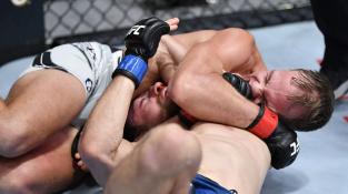 """Americký """"vlak"""" přejel prvního Slováka v UFC. Landwehr uškrtil Kleina """"anakondou"""""""
