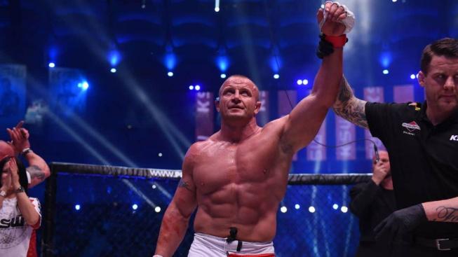 Souboj obrů přinesl brutální KO. Pudzianowski poslal Senegalce k zemi za pouhých 18 vteřin!
