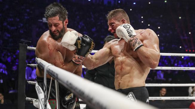 """Král těžké váhy kickboxu Rico Verhoeven šel dvakrát k zemi, pak ale obřího """"Goliáše"""" zdemoloval"""
